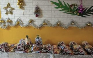Zdjęcie przedstawiające prezenty mikołajkowe leżące na przystrojonym stole